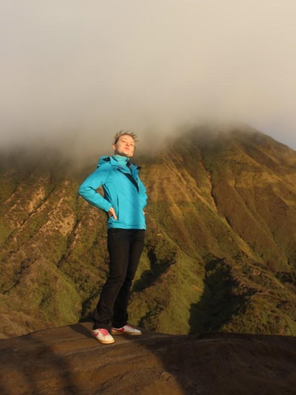Позади вулкан Тенгер