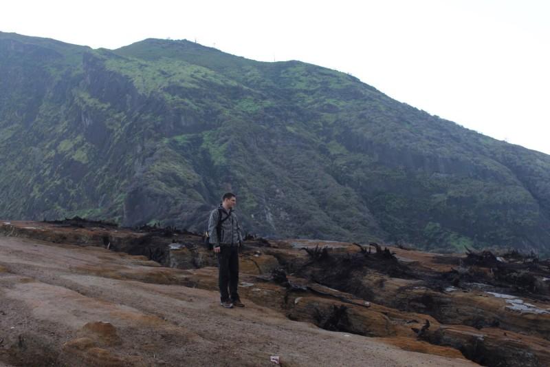 У кратера все обгоревшее