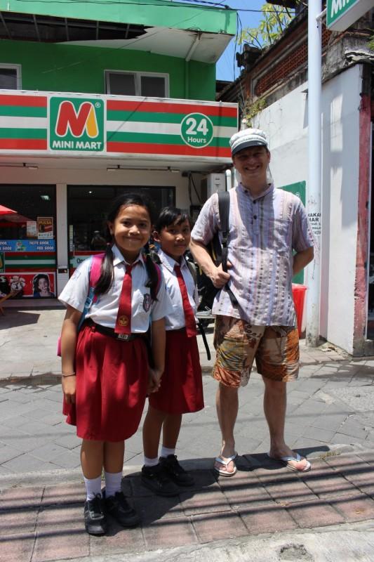 Встретили школьниц по пути на почту