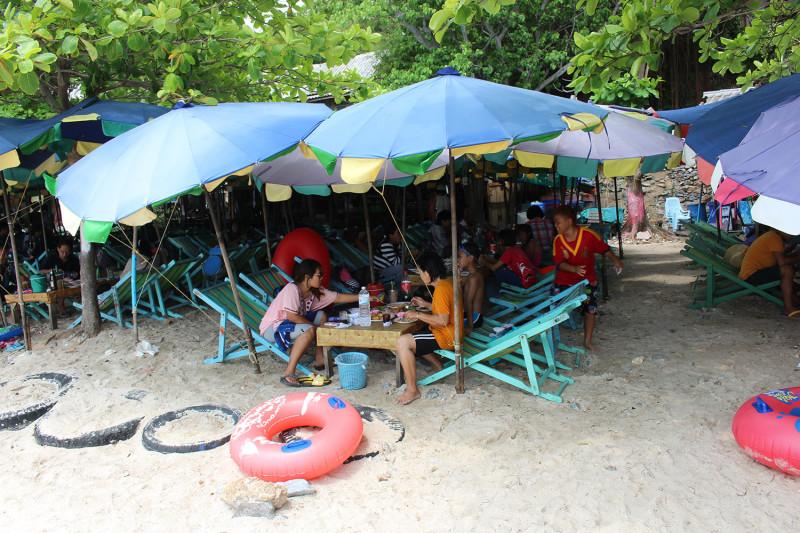 Тайцы в одежде на пляже