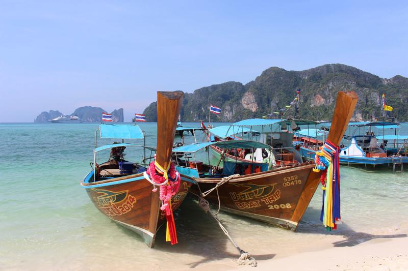 Экскурсионные лодки вокруг Пи-Пи