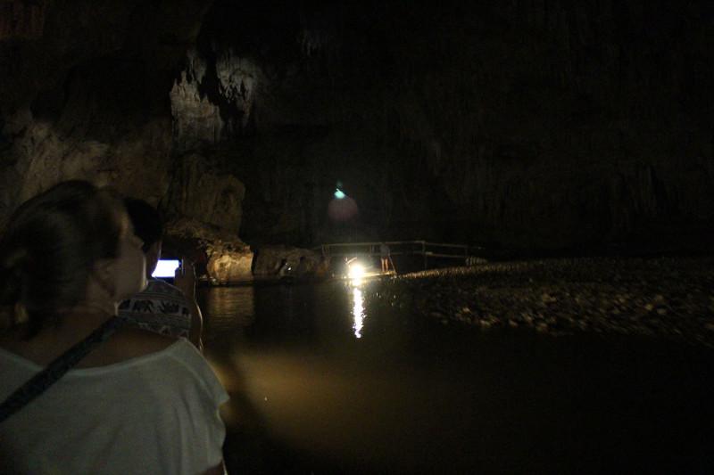 Плывем по пещере