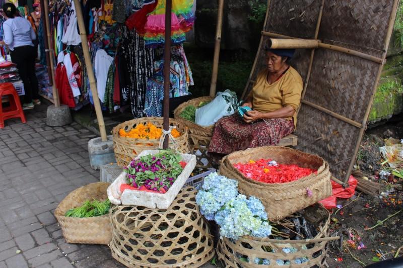 Продают цветы и лепестки
