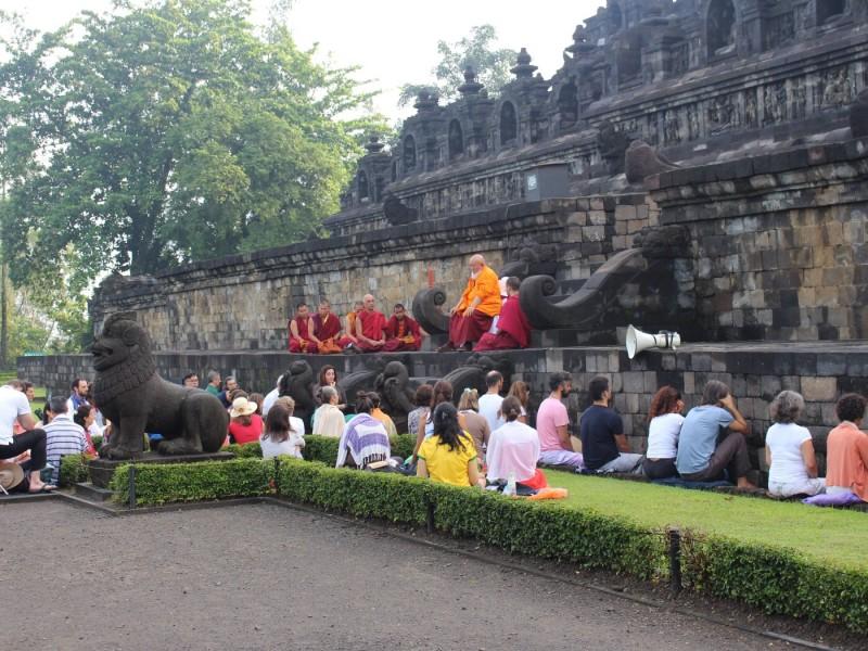 Боробудур - медитация с монахами