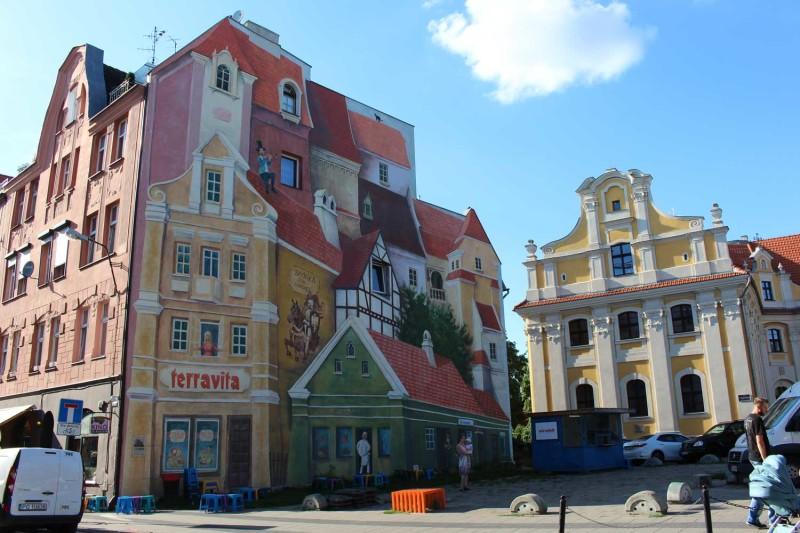 Одно из множества разрисованных зданий